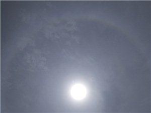 天空中中午出现彩虹