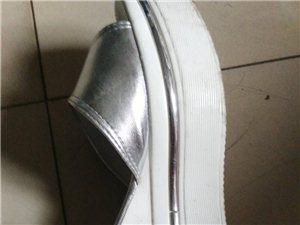 刚买的鞋子坏了,店家该不该给换