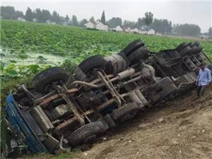 建湖境内一辆大货车疑似夜间驾驶导致侧翻