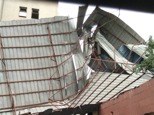 现在应该杜绝房顶加盖铁皮雨棚