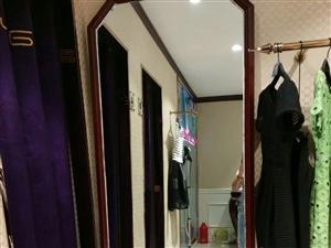 女装货柜道具,试衣镜,灯箱,服装架。