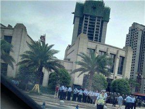 上百警察出动,三桥隆城国际这边是怎么了