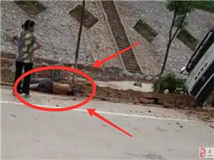 突发车祸!寻乌杨梅坑发生一起严重交通事故,一人躺在地上,一车侧在路边沟里,究竟发生啥事故