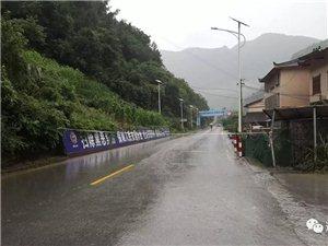 突�l!!207省道6KM+200M路段�坡塌方,道路中��