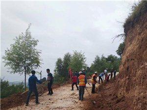 柳湾村驻村帮扶工作队和当地党员群众齐心协力疏通水渠