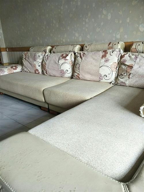 本人出售貴妃沙發一套。席夢思床墊1.5米x2米一個。價格面議。電話13893793905