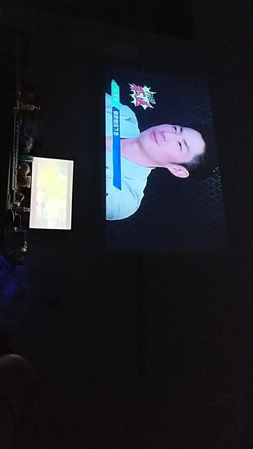 闲置投影仪400一个。小的是电脑27寸显示器。正在播放极舞青春