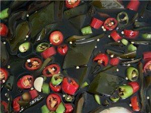 張師傅自制醉蟹鉗,撈汁海帶。
