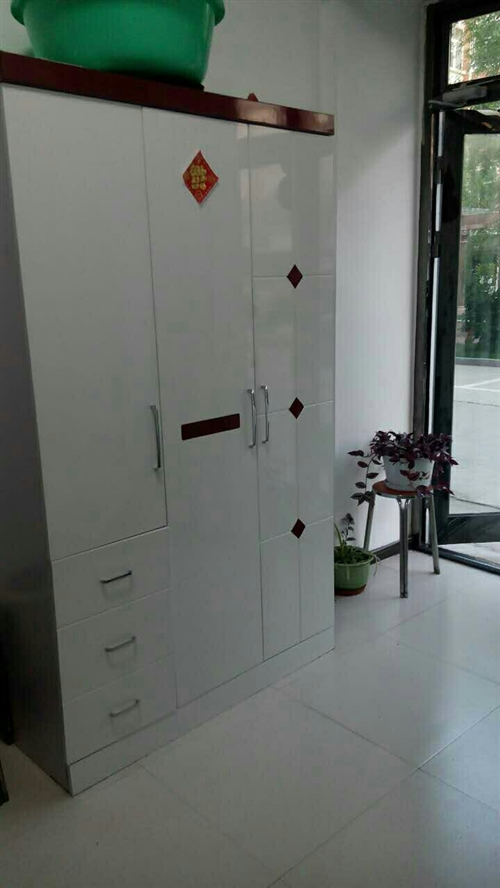 八成新闲置衣柜出售另赠送4把椅子