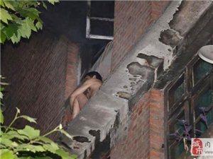 四川内江独居老人被大火逼到雨棚 消防搭梯营救