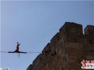 玩悬的!女子耶路撒冷35米高空绳索劈叉