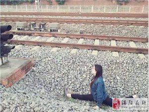 女生铁轨旁一字马自拍 险些被撞
