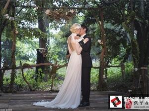 撒贝宁低调迎娶洋媳妇 婚礼现场甜蜜拥吻