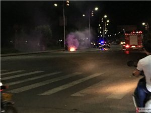 榕江滨江一号附近一摩托车突然起火!堪比电影!