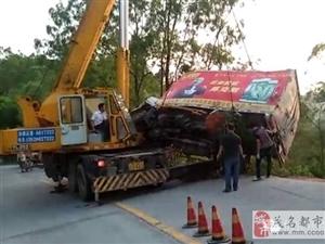 茂名信宜长岗岭一辆货车翻滚下路边十多米树林中!