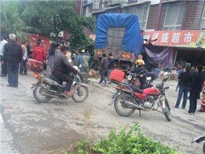 太吓人!夹江城东国际外一货车撞断大树冲进门市啦