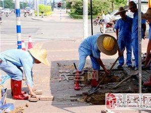 供水部门昨抢修永久桥塌陷人行道