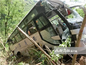 凉山一客车翻下50米高坎 致32人受伤