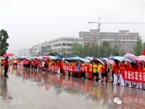 一群筠连人在大雨中,全身湿透了居然还那么开心!