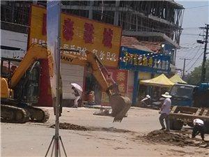 村支���ь^在公路上挖�O路障