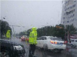 为齐河交警点赞,你们是雨中战士,清早冒雨维持交通秩序!