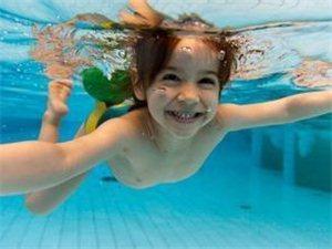 娃游泳会得脑炎?当心夏季游泳3种病