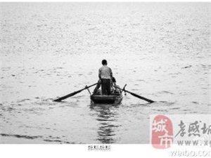 洪水中捕�~的人��