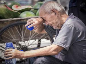 年近八旬老教师执教山村数十年街头卖瓜救孙女