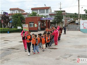 走进小学,感悟成长――张家川县熠星悦幼儿园组织幼儿参观东街小学
