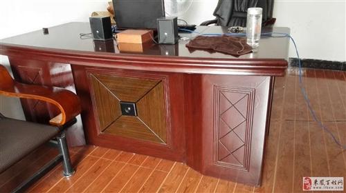 全新办公桌椅带5个沙发1个茶几出售
