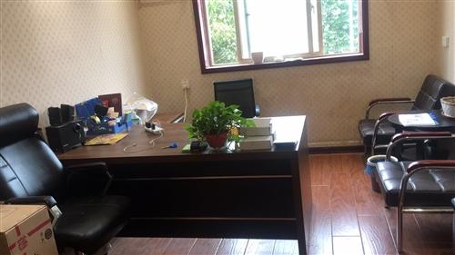 办公桌椅,老板椅标签都还在,比较新,有意者联系,办公室可转租
