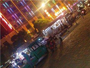 每天都是一样,广宇门口20几米宽的路口,被各种摆滩的小贩的车堵的只有一米的地方能过去,而且看不见两边