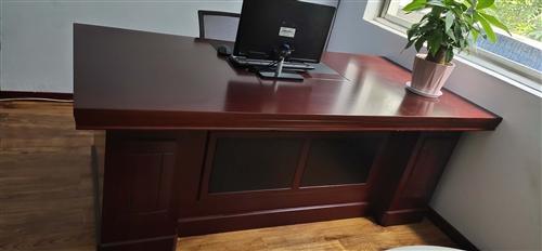 1米×2米的辦公桌一臺  嶄新買來一個月  沒用過  太占地方 低價出